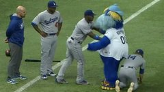 Must See: Dodgers prank Raymond the mascot
