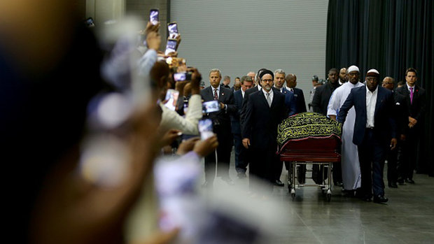 Thousands attend Ali's Islamic funeral service